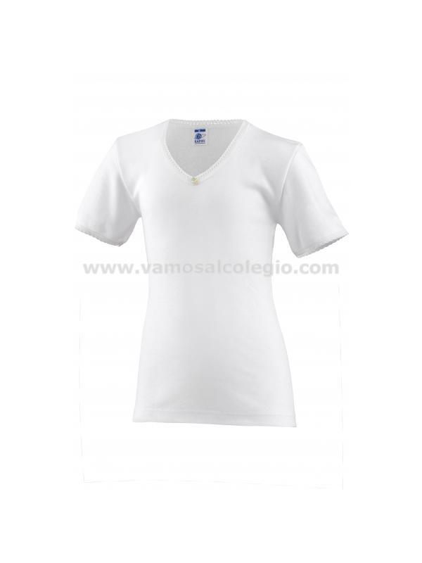 Camiseta Manga Corta Primera Calidad - Camiseta Interior Niña de Manga Corta. Cuello de pico para que no se vea con blusas y polos. Bordada en cuello y mangas. Adornada con florecita en el cuello. Máximo confort. 50% algodón.